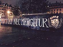 Pilsētas devīze redzama uz kāda nožogojuma Republikas laukumā Parīzē (avots – Wikipedia)