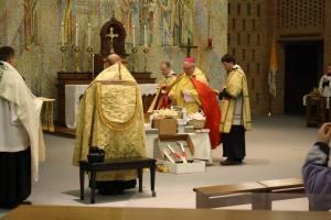 Medisonas bīskaps R. Morlino svētī sveces tradicionālajā ritā 2015. g. 2. II (Facebook)
