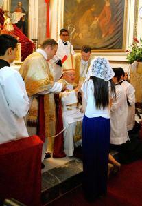 Kard. Sandovals piešķir Iestiprināšanas sakramentu tradicionālajā formā, 2012. g.
