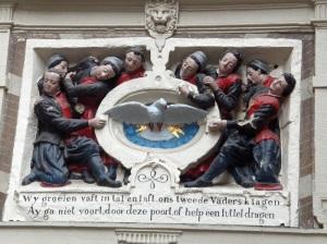 Svētā Gara simbols Amsterdamas bijušā Bāreņu nama fasādē (16. gs. 2. p.)